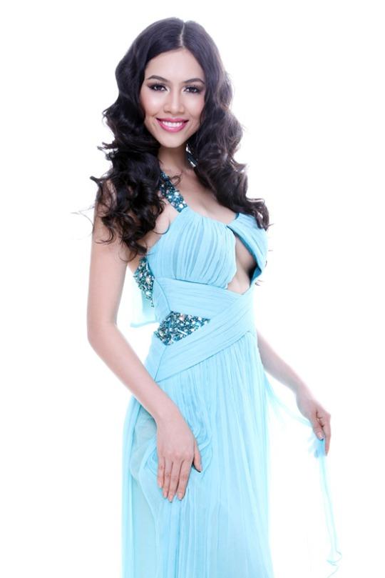 Người đẹp Hoàng My quyến rũ trong bộ đầm khoét ngực mới lạ.